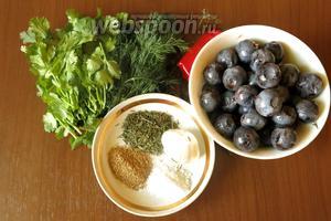 Ингредиенты: тёрн (у меня садовый, крупный, спелый), соль, кинза (свежая и сухие молотые семена), укроп (зелень и зонтики), перец горький, чеснок.