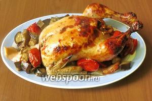 Достаём курицу, выкладываем овощи и айву, поливаем соком. Приятного аппетита!