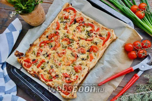 Фото Пицца с болгарским перцем, луком и помидорами черри