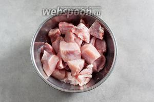 Мясо нарезам кусочками, с размером граней от 2 до 4 сантиметров. Мне было любопытно, будет ли мясо разных сортов в готовом виде различимо по вкусу, поэтому я сложила все сорта в 1 миску, чтобы потом играть в отгадайку.