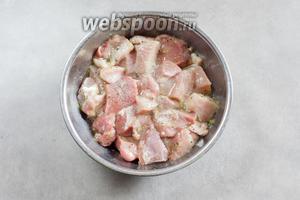 По истечению 2 часов маринования, поливаем мясо растительным маслом, солим и перчим.
