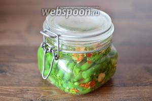 Плотно закупориваем банку и убираем её на 3 суток в холодильник для маринования. Маринованную зелёную спаржевую фасоль подаём в холодном виде, щедро сбрызнув её маслом.
