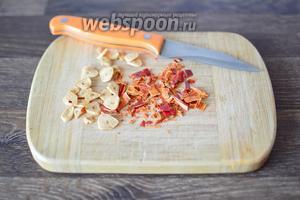 Сушёный перец рубим ножом на мелкие кусочки.