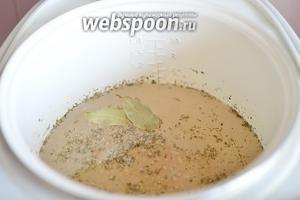 Тем временем займёмся маринадом для фасоли. В воде разводим соль, добавляем лавровые листья, уксус и приправы. Варим маринад около 10 минут с момента кипения, затем выключаем и даём ему остыть.
