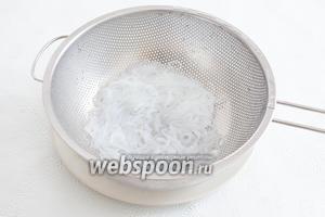 Если используется лапша ширатаки, то её следует промыть в холодной воде и нащипать на кусочки, длинной примерно с палец руки взрослого человека.