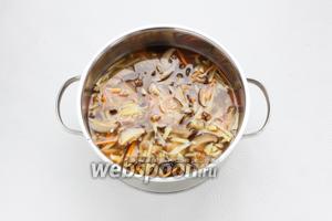Соединить все ингредиенты в кастрюле, залить водой до того, чтобы овощи были едва покрыты и варить на среднем огне под крышкой до полного испарения жидкости.