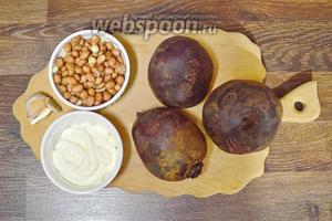 Для приготовления свекольного салата подготавливаем следующие продукты: свёклу, чеснок, арахис и майонез.