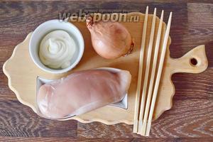 Для приготовления шашлыка из индейки в майонезном маринаде подготавливаем все продукты из списка ингредиентов: индейку, майонез, лук, немного соли и приправ.