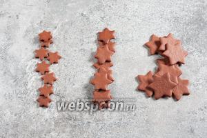 Сортируем заготовки-звёздочки по размеру, чтобы у вас оказалось одинаковое количество звёздочек каждого размера. Держите под рукой во время работы только ту группу, которая нужна при этом шаге, остальные отодвиньте, чтобы не спутать.