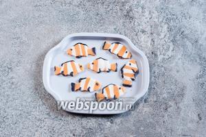 Снабжаем рыбок глазками и чёрными полосками на плавнички (катаем шарики и колбаски пальцами) и оставляем сушиться до затвердения.