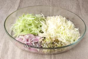 Складываем все компоненты в салатницу, всё солим по отдельности и даём немного постоять, чтобы они пустили сок.
