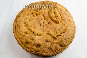 Готовый пирог выложить на блюдо. Нарезать порциями. Подать к обеду со сметаной, сливками или йогуртом.