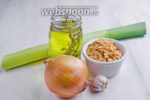 Для начинки нужно взять горох, масло оливковое, масло топлёное, лук репчатый и лук-порей, чеснок, соль, зиру и семена укропа (по желанию).