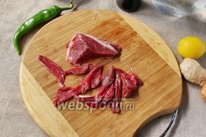 В суп будем добавлять сырое мясо, поэтому нарезаем его как можно тоньше.