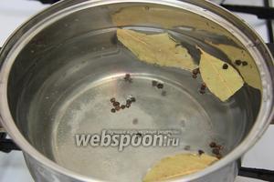 В кастрюлю с водой добавляем лавровый лист, перец горошком, соль.