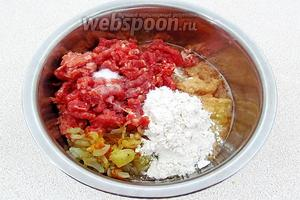 К картофелю добавить фарш, лук, муку и соль.