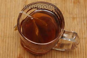 Воду довести до кипения, залить пакетики с чаем и оставить на 10 минут.