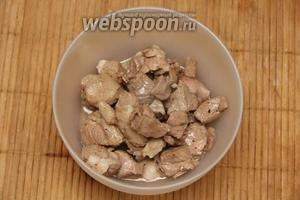 Мясо снять со сковороды и оставить в тёплом месте.