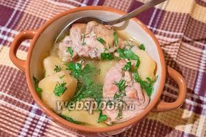 Разливаем по тарелкам вкусный и ароматный суп и обязательно посыпаем зеленью. Приятного аппетита!