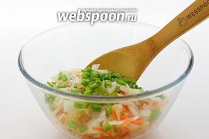 Для начала приготовим салат из квашеной капусты. В глубокой миске перемешайте квашеную капусту, рубленый зелёный лук, нарезанный тонкими полукольцами репчатый лук, молотый чёрный перец. Перемешайте. Заправьте подсолнечным маслом.