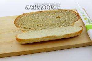 Булочку для хот-дога немного подогрейте в микроволновке. Аккуратно разрежьте пополам, не дорезая до конца. Булочка должна открываться, как сундучок.