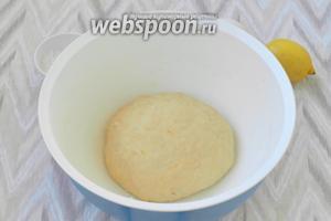 Далее замешивать тесто руками, пока оно станет гладким и однородным. Тесто накрыть и убрать на 3 часа в тёплое место.
