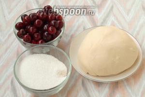 Для приготовления вареников нам понадобится тесто, вишня свежая или замороженная, а также сахар.