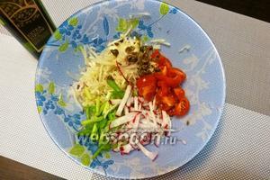 Редиску нарежем соломкой, черри — на четвертинки, зелёный лук — наискосок удлинёнными кусочками, каперсы мелко нарубим. Добавим в салатник к капусте и луку.