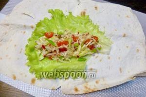 На лист салата выкладываем начинку, в данном случае это овощной салат.
