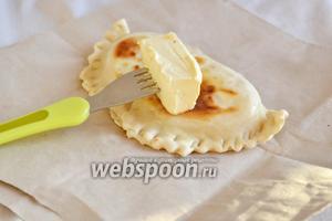 Снимаем кутабы со сковороды и смазываем с 2 сторон сливочным маслом. До этого этапа масло необходимо хранить в морозильной камере.