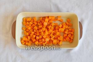 Тыкву очистить и нарезать кубиком. Выложить в форму для запекания.