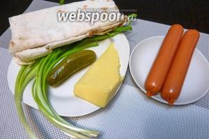 Для хот-дога в лаваше нам понадобится тонкий лаваш, сосиски, сыр, зелёный лук, маринованный огурчик и острый соус чили.