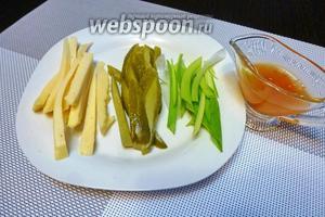 Нарежем соломкой сыр, маринованный огурец, зелёный лук.