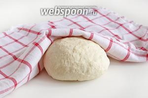 Вымесить тесто на столе, оно не должно к нему прилипать. Накрыть полотенцем и дать полежать минут 15, затем опять подмесить уже до абсолютно гладкого состояния.