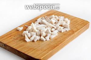 Пока тесто «отдыхает», подготовить жир для смазки. Нарезать его помельче и выжарить шкварки.