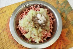 С костей срезаем мякоть и сало, прокручиваем через мясорубку, также прокручиваем репчатый лук. Добавляем по вкусу соль и специи.