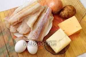 Для приготовления нам понадобятся филе трески, картофель, яйца куриные, масло сливочное, сметана, сыр твёрдый, лук репчатый, морковь, приправа, масло растительное, соль, лавровый лист и перец чёрный горошком.