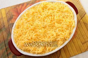 Далее — снова картофель. Посыпаем запеканку тёртым сыром и запекаем при 180°С в течение 15-20 минут, до зарумянивания сыра.