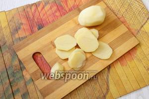 Нарезаем картофель кружочками, толщиной 0,5 см. Отвариваем картофель, с момента закипания в подсоленной воде, в течение 15 минут, затем откидываем картофель на дуршлаг и полностью охлаждаем.