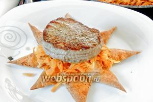 На звёзды рапределяем морковь, сверху кладём Турнедо, тарелки подогреваем в духовке около 5 минут при 80°С. Сервируем горячим. С праздником!