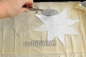 Тесто растилаем на 2 противня с бумагой. Вырезаем 4 звёзды по заранее приготовленному шаблону, форму звёзд делаем любую.