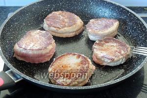 На разогретом сливочном масле (1 ст. л.), на самом сильном огне обжариваем мясо по 4 минуты с каждой стороны. Переворачиваем после образования корочки. Солим и перчим.