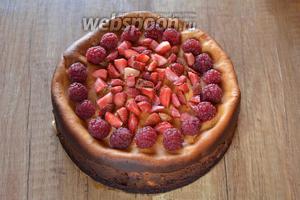 Готовый чизкейк украсить ягодами клубники и малины.