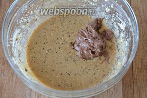 Шоколад растопить на водяной бане. Добавить шоколад в тесто. Снова взбить.