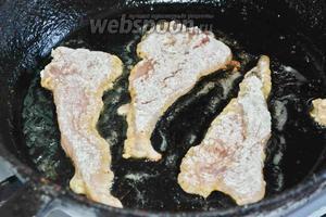 Обжариваем на разогретом подсолнечном масле с 2 сторон, до золотистого цвета.
