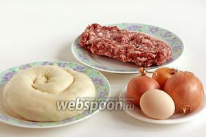 Для приготовления самсы, нам понадобится подготовленное заранее слоёное тесто для самсы, несколько луковиц, жирный фарш или мясо баранины с курдючным жиром, яйцо для смазки, кунжут, перец, соль.