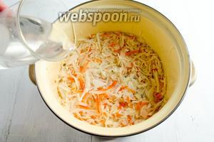 Залить холодной, талой (дистиллированной) водой так, чтобы она покрыла капусту.