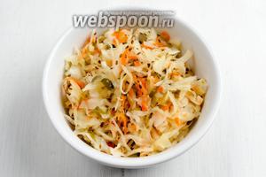 Обязательно пробуйте капусту. Через 4-5 дней капуста будет готова. Груз снять. Поставить кастрюлю в холодильник. Подавать такую капусту к обеду, полить маслом, можно добавить зелень, лук или чеснок.