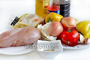 Для приготовления салата возьмём куриное филе, репчатый лук, помидор, морковь, сухой имбирь, сладкий перец (лучше разных цветов), чеснок, капусту белокочанную (можно взять брокколи или цветную), соевый соус, кунжутное и обычное растительное масло, соус чили остро-сладкий, кунжут, кинзу.