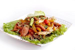 Выложить салат на блюдо, посыпать кунжутом и рубленой кинзой. Сразу же подать, как самостоятельное блюдо или с пресным рисом.
